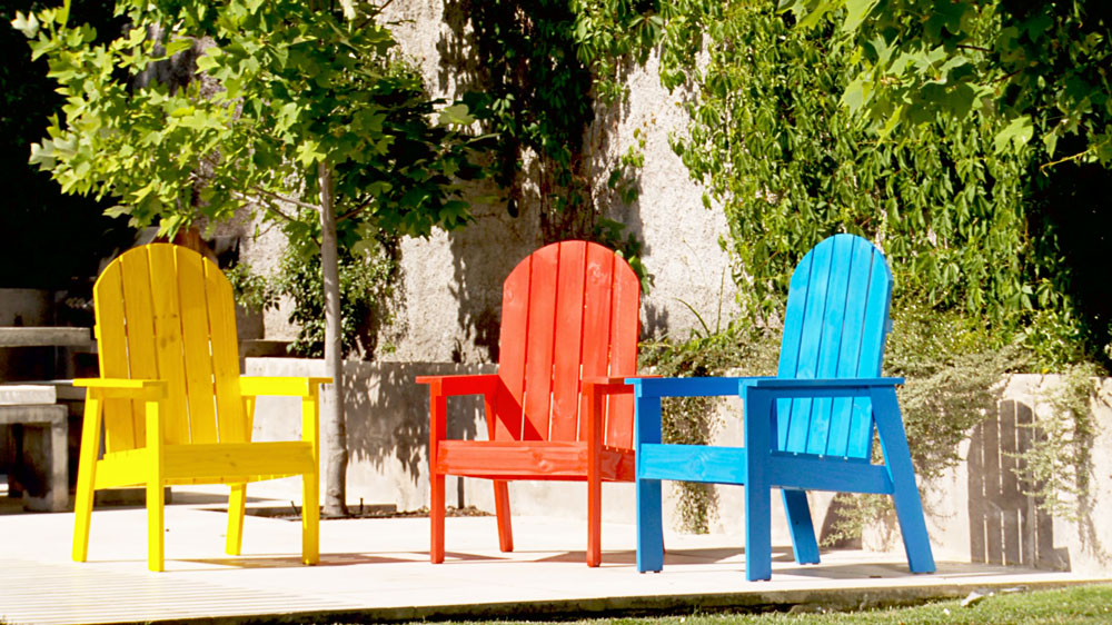 Hoy podemos tener en la terraza o jardín muebles con características de resistencia sorprendentes, y diseños para todo tipo de necesidades, pero esto no siempre fue así, por eso queremos revivir una opción clásica para hacer nosotros mismos, hechas de madera para el relajo y descanso.