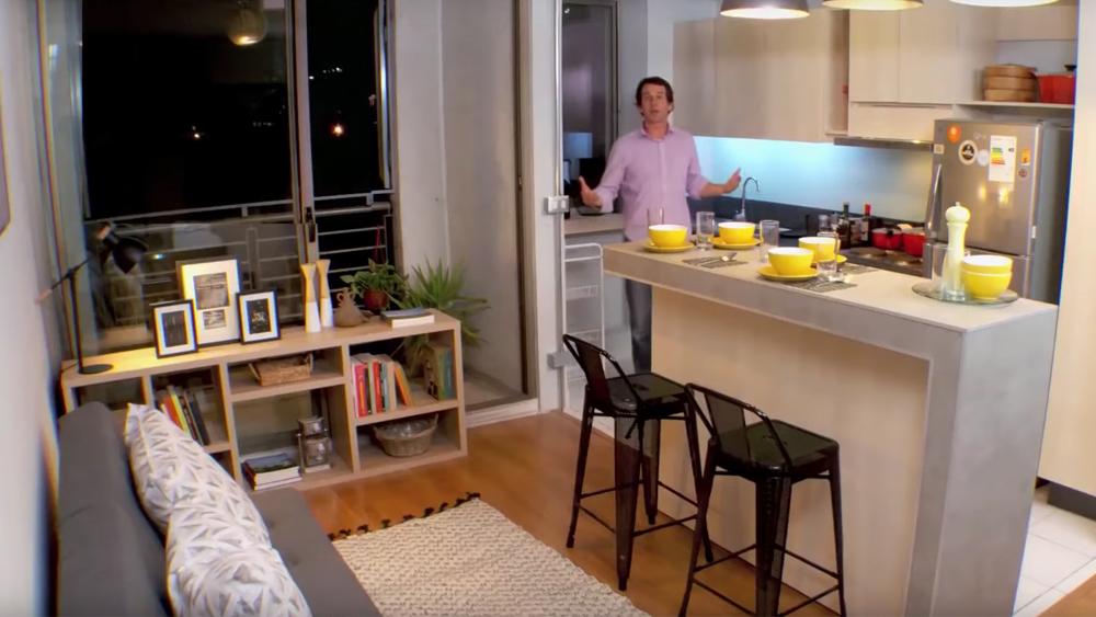 Los departamentos, sobre todo los de construcción más nueva, tienen en general espacios más reducidos. Las zonas comunes como el living - comedor y la cocina son estrechos, donde apenas se pueden poner los muebles más básicos, dejando muy poco lugar para estar y para la comodidad de la familia. Por eso, en este proyecto queremos mostrar una forma de resolver esta falta de espacio integrando zonas de la casa -en este caso el living con la cocina- para generar un espacio más grande, que es lo que se conoce como cocina americana.