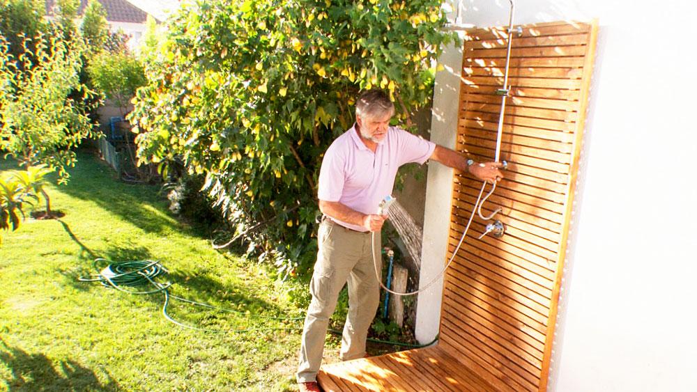 Una ducha puede ser de gran utilidad en el patio o jardín de una casa, no sólo para sacarse el cloro después de salir de la piscina, también, sino se tiene una piscina, puede servir para mojarse y refrescarse en verano. Por eso en este proyecto enseñaremos no sólo a instalar una ducha, sino también hacer una entramado de madera que la soporte y ayude a la estética del lugar.
