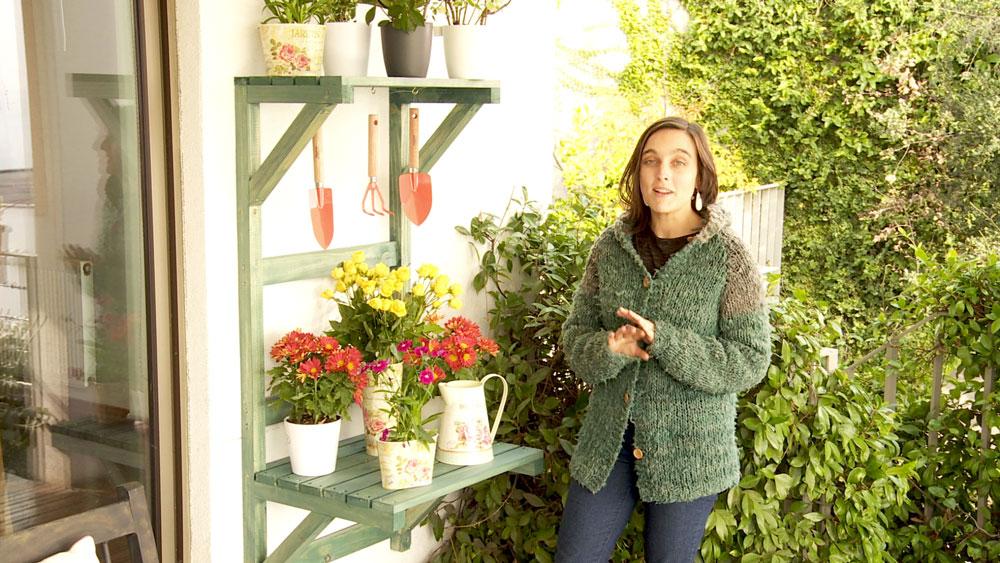 La ventaja de las estanterías es que podemos tener a la vista todo lo que pongamos en ella. Si llevamos esta idea al jardín o la terraza podemos exhibir nuestras plantas y además hacer un buen uso del espacio, más si el lugar del que disponemos es pequeño como la terraza de un departamento.