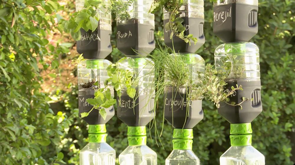 No es necesario un gran espacio para tener un huerto. Con un poco de ingenio podemos usar los espacios verticales para plantar y además ayudar al medioambiente reutilizando botellas plásticas en desuso. En este proyecto te mostramos como hacer un huerto colgante que además tiene un interesante sistema de riego.