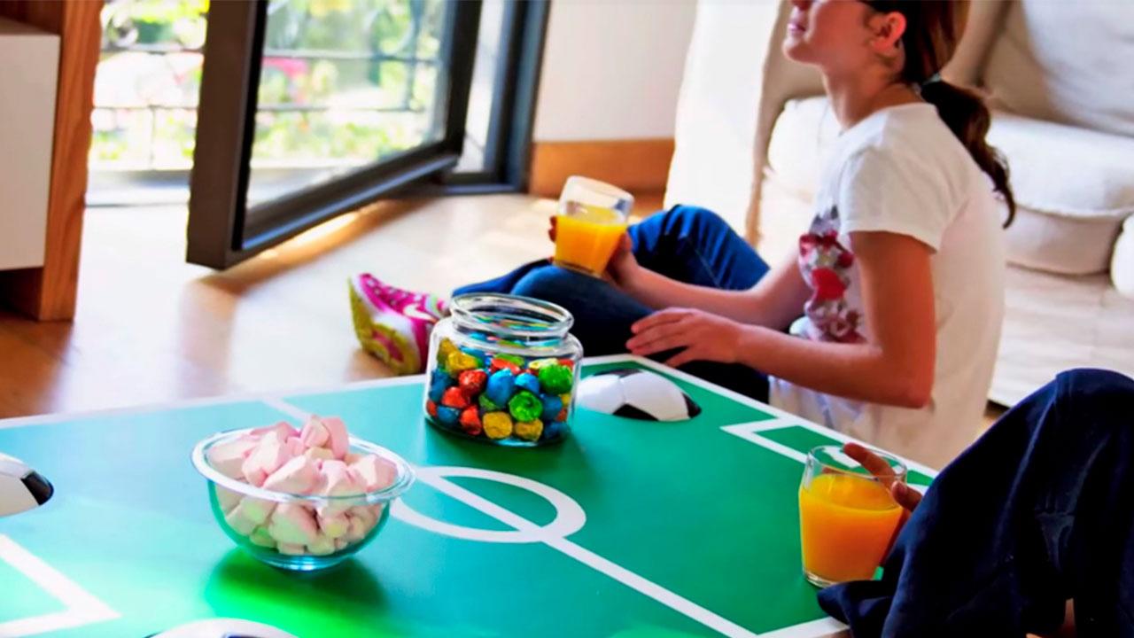 El fútbol se puede incorporar a los muebles de la casa en forma de mesa de centro, así no sólo se utiliza para apoyar vasos o platos, también puede ser una plataforma para estudiar las alineaciones de los equipos, hacer apuestas y entender un poco mejor las diferentes formas de juego