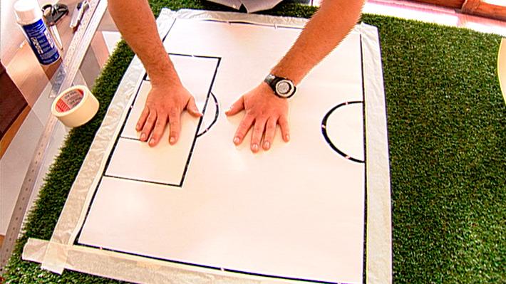 El fútbol es un deporte que a la mayoría les gusta, ya sea para jugar, mirarlo por la televisión o, como un técnico, pensar las estrategias de ataque y defensa. Este proyecto trata de una cancha de fútbol hecha en pasto sintético y a escala, para que en ella podamos mover jugadores, plantear formas de juego y la formación de equipos.