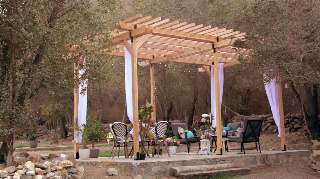 Aprovechando un radier (de 6 x 4 m) ya hecho se armará una pérgola sobre él. Para ello, se utilizarán herrajes y anclajes a medida para la estructura de madera.