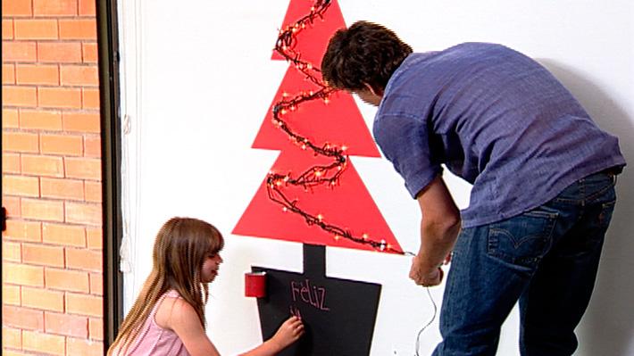 La decoración navideña debe estar pensada en los niños, poner elementos que para ellos sean novedosos y entretenidos. Por eso, queremos proponer un árbol de navidad que no quita espacio, se pega en el muro y tiene una parte de pizarrón para que ellos puedan dibujar y escribir mensajes navideños. Una vez que se quiera guardar la decoración navideña se despega el árbol, gracias a un adhesivo removible que no daña las superficies.