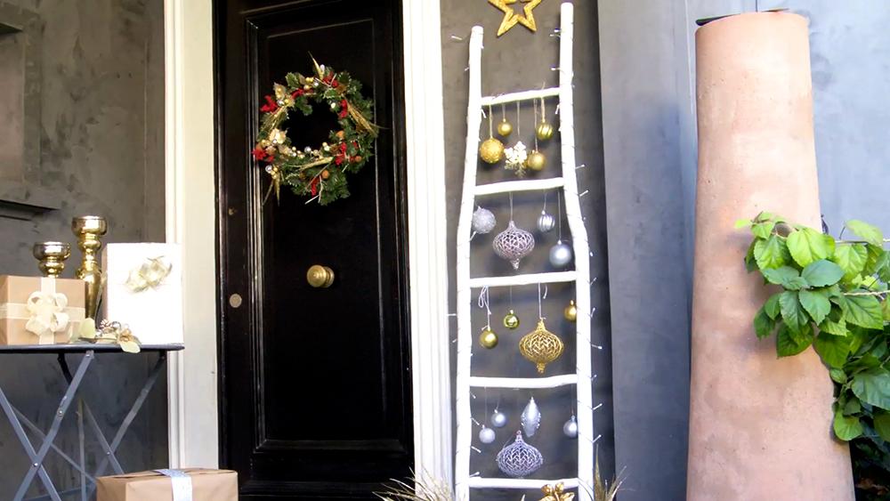 Si disponemos de poco espacio, un árbol de navidad tradicional puede ser muy voluminoso y disminuir aún más una habitación. Por eso apostamos por una alternativa poco tradicional y más conceptual, pero que le dará el toque navideño que esperas a tu casa; una escalera – árbol de navidad.