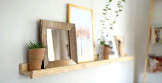 Muchas veces no es necesario desembolsar grandes sumas de dinero para decorar y amoblar tu casa. En este proyecto y con la ayuda de pocos y sencillos materiales, podrás hacer una repisa de madera muy fácil de construir y que puedes personalizar de acuerdo a tu gusto.    *Tip: Ten en cuenta que los materiales aquí listados te servirán para hacer 3 de estas repisas. Para optimizar el material, puedes agregar un pino más de 1 x 2 y te saldrán 4 repisas.