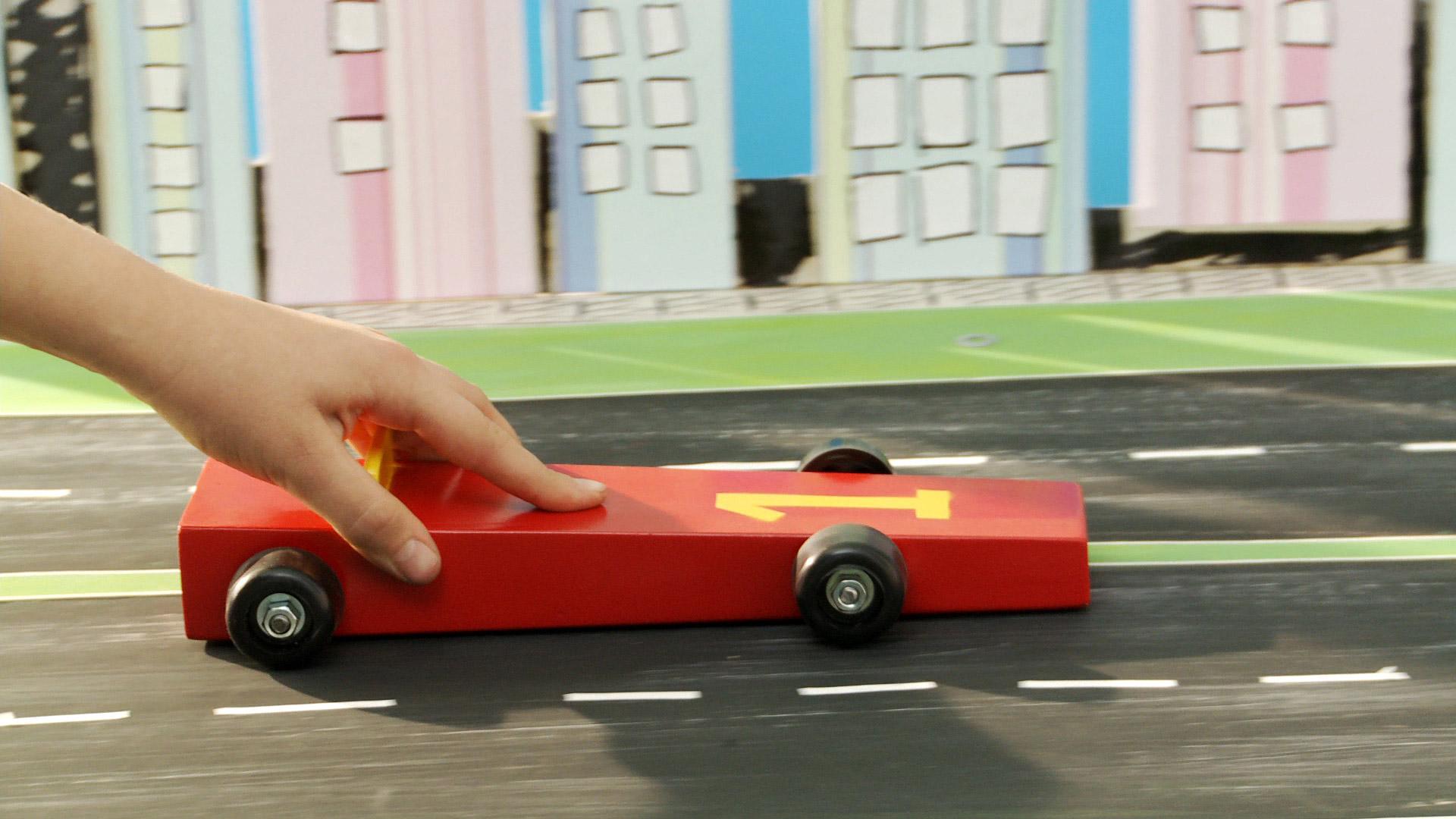 Un auto de carrera puede ser un juego o un objeto de colección y sin duda tendrá mayor valor si lo hacemos nosotros mismos. Por eso en este proyecto enseñaremos a construir un auto de madera, que tenga la forma aerodinámica de uno de carrera.