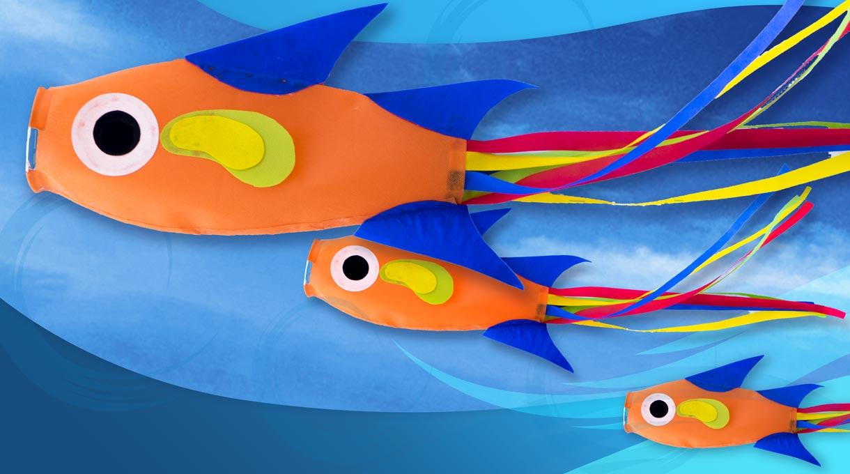 ¿De dónde viene el viento? Vamos a aprender a hacer esta colorida y divertida veleta en forma de pez que te ayudará a saber siempre la dirección del viento. Cuélgala en altura para que pueda volar, ¡además, se verá muy linda!