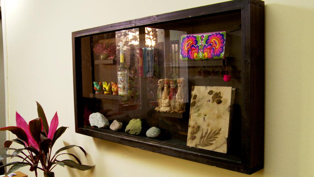 Cada viaje tiene su propia historia, por eso al traernos recuerdos de esos lugares podremos recordarlos mejor. Y para tener esos objetos a la vista y que sean parte de nuestra vida construiremos una vitrina mural donde exhibirlos y mantenerlos protegidos del polvo.