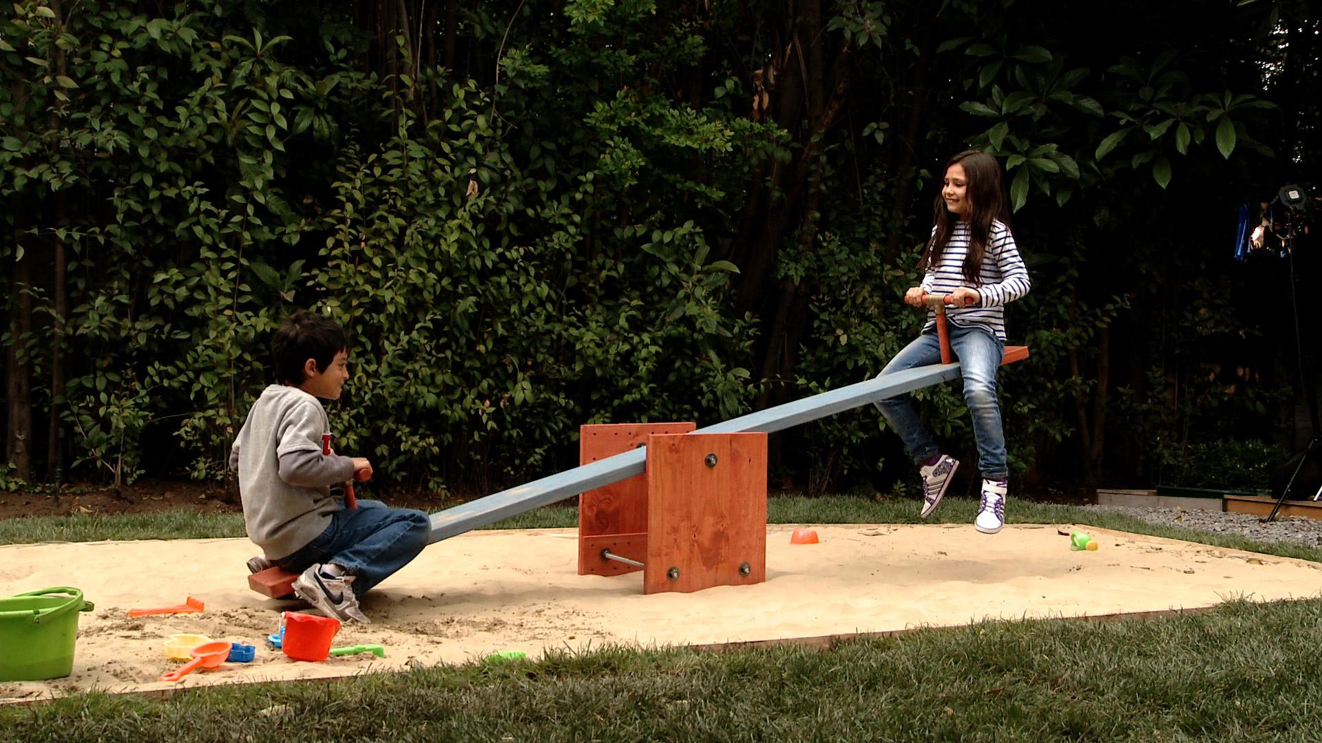 Con este proyecto nos vamos a preocupar 100% de la entretención de los niños, porque construiremos un balancín. Un balancín es un juego para 2 niños, se trata de una tabla o palo bien grueso, que se afirma en 1 sólo punto, para que pueda subir o bajar, según cómo se reparta el peso.