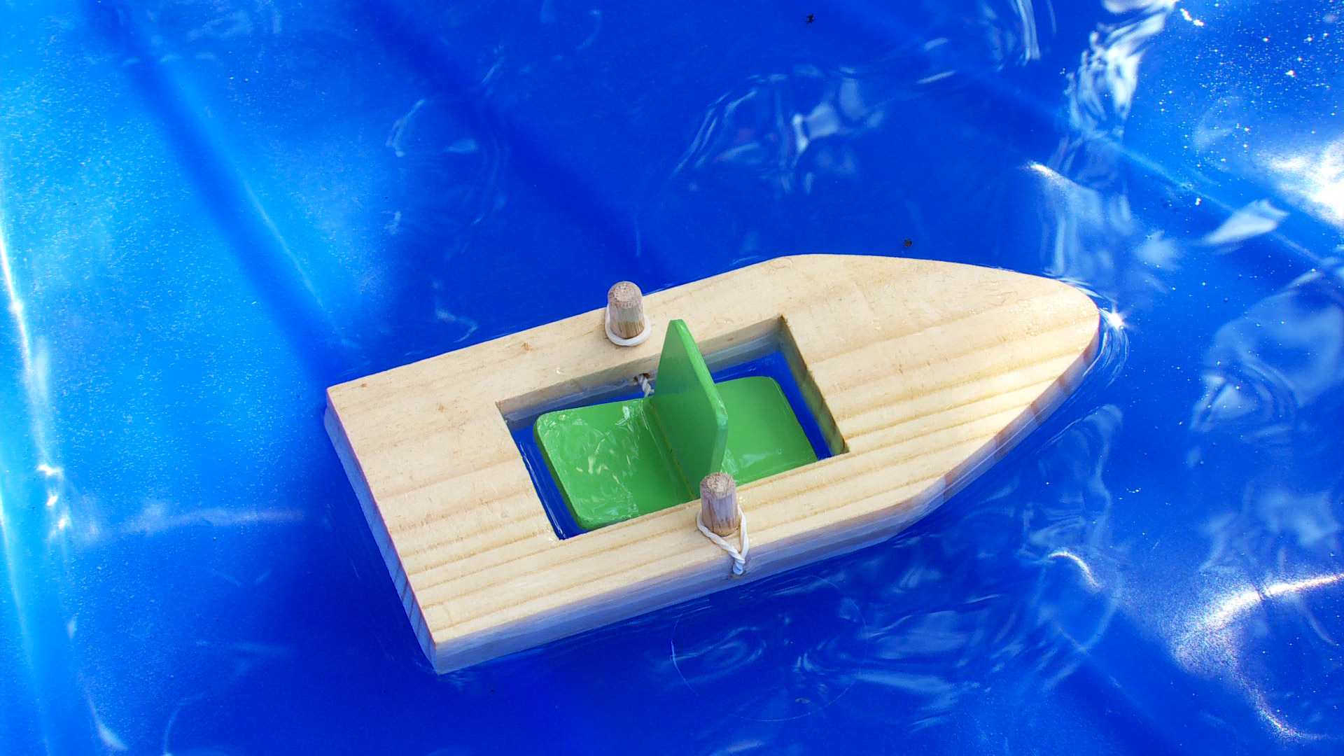 En este proyecto aprenderemos a construir botes de madera, similares a los que hay en puertos y caletas de la costa, pero que nos servirán para jugar dentro y fuera del agua.