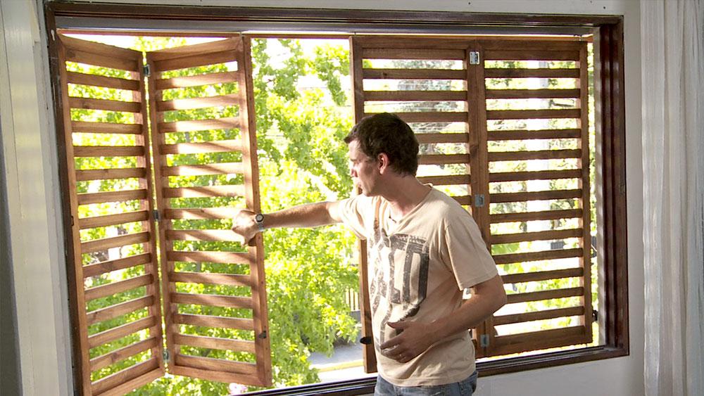 Una habitación o espacio iluminado con luz natural siempre se agradece dentro de la casa. Pero cuando las horas de sol directo son permanentes es necesario poder controlar esa intensidad. En el siguiente proyecto enseñaremos una excelente alternativa que permitirá entrar la luz y el calor según sea nuestra necesidad durante el año.
