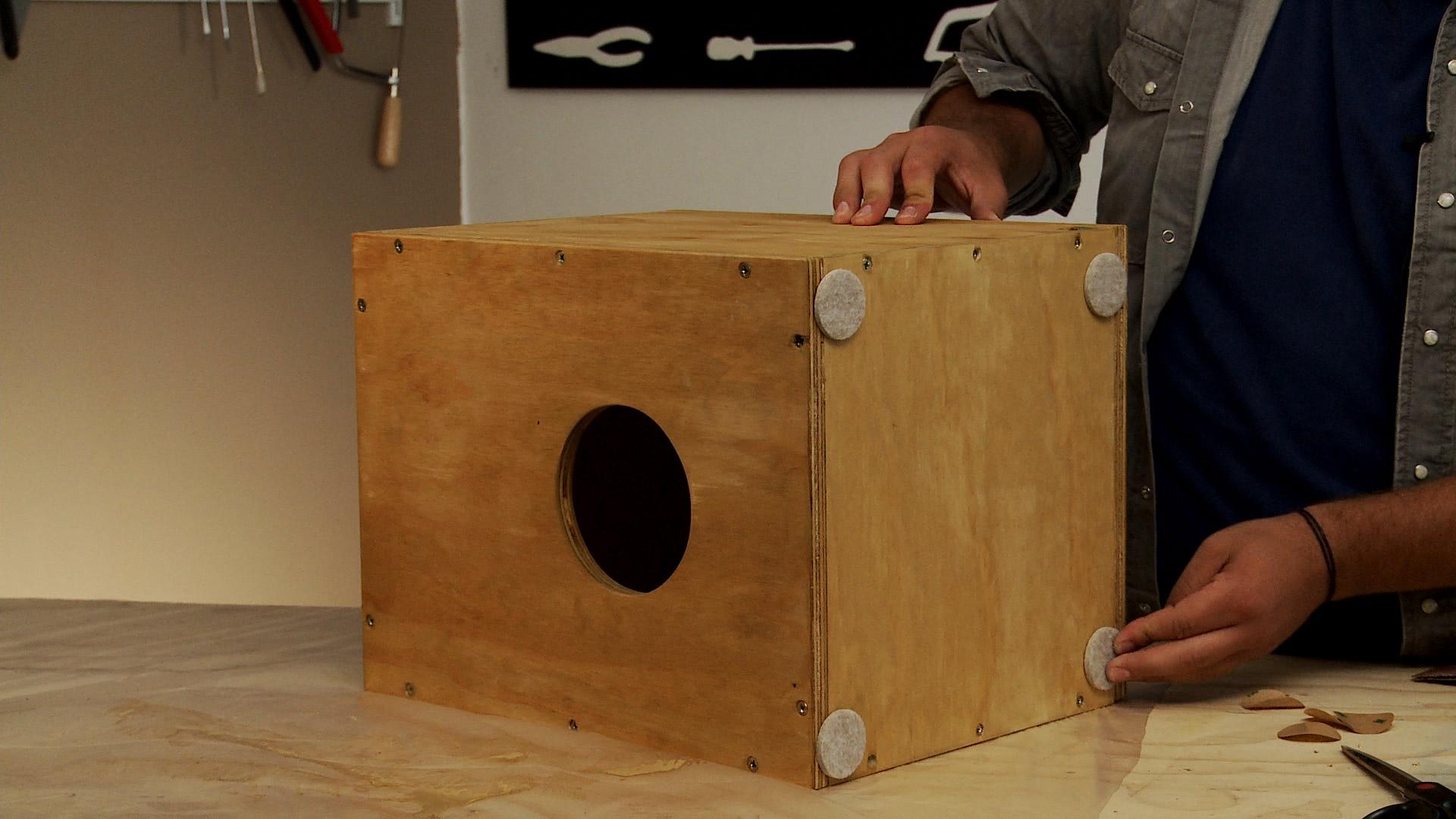 Una forma de divertirnos dentro de la casa es tocando instrumentos, y lo bueno es que lo podemos hacer nosotros mismos. El de este proyecto se llama cajón peruano, y es un instrumento de percusión que tiene origen africano, pero que llegó a Perú en la época de la colonia.