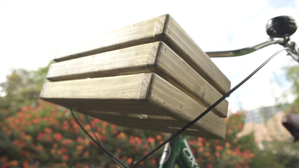 Cada día son más las personas que dejan la locomoción colectiva y se desplazan en bicicletas. Por ello muchas veces es necesario un compartimento para poder trasladar nuestros objetos personales. Aquí enseñaremos cómo hacer un cajón de madera para bicicletas urbanas y de paseo.