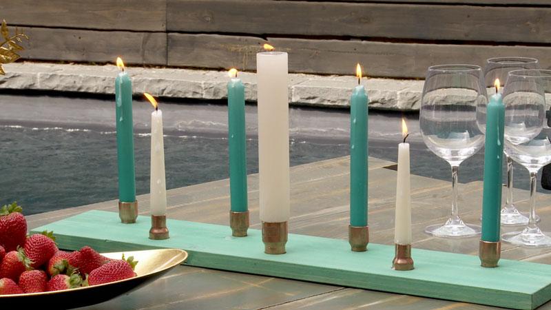 Un accesorio infaltable en la decoración navideña son las velas, y para ponerlas de forma segura, lo mejor es hacer un candelabro que lo podamos poner al centro de la mesa de comedor, de un arrimo o incluso en el exterior.
