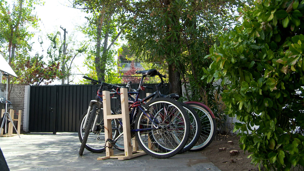 Cuando en una casa hay más de una bicicleta, vamos a tener el problema de cómo dejarlas bien estacionadas y ordenadas, para que no se caigan, y sea fácil guardarlas, una vez que no se están usando. Por eso en este proyecto enseñaremos a realizar un cicletero, que incluso puede servir para otros lugares como una oficina de trabajo, una escuela o una sede vecinal.