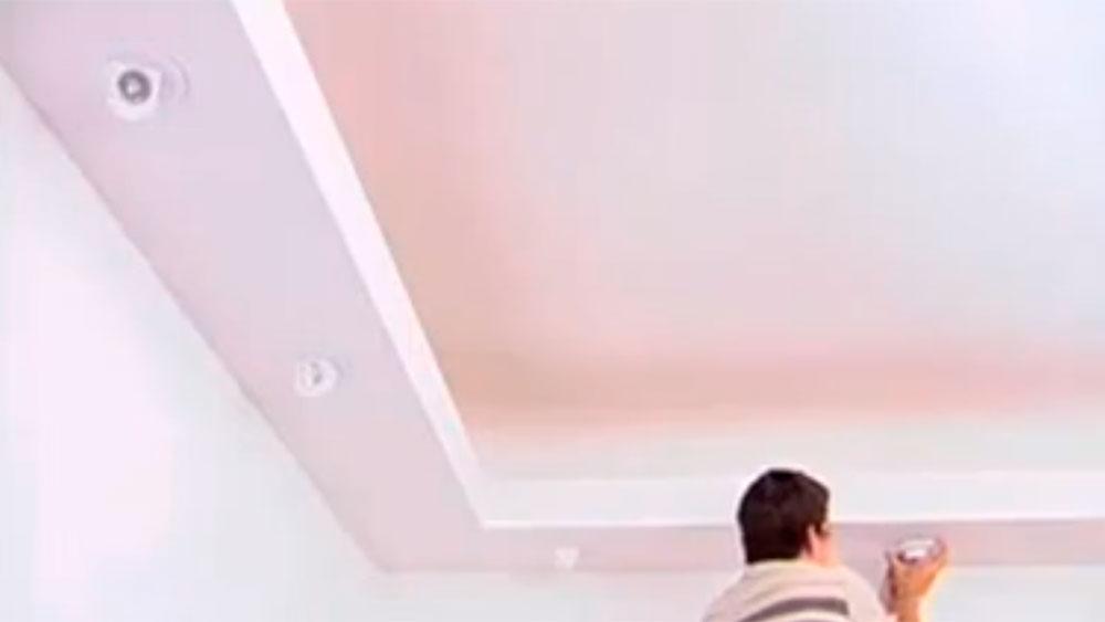 Los espacios al interior de la casa que no reciben luz natural se pueden mejorar con iluminación artificial, para eso una buena idea es hacer un cielo falso decorativo, que sirva para instalar focos embutidos por todo el perímetro de la habitación, y así tener una luz pareja en todo el lugar.