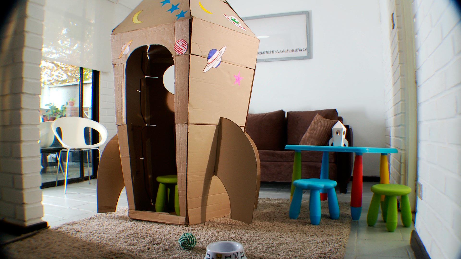Estar en un cohete o una nave espacial es un sueño de muchos niños, porque es jugar a ser astronautas y estar en el espacio, como lo hacen muchos de sus superhéroes. Por eso en este proyecto queremos enseñar a hacer un cohete de cartón, donde puedan jugar 1 ó 2 niños.