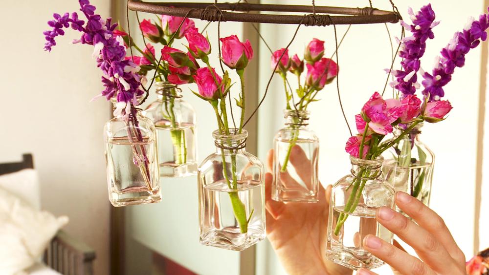 Cuando cultivamos flores lo hacemos para lucirlas, en el mismo jardín, en macetas o en floreros. Una buena idea para mostrar estas flores, una vez que se cortan, es un candelabro que se puede hacer reciclando algunos objetos.