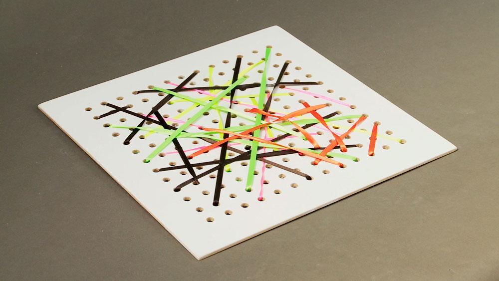Los cuadros son un elemento importante para la decoración, por eso en este proyecto enseñaremos a hacer uno con cintas de colores, al que se le puede modificar sus figuras y tonalidades para acompañar adecuadamente el espacio y estado de ánimo.