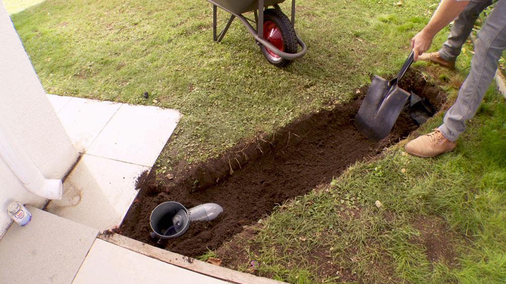Uno de los problemas más comunes de humedad en una casa puede ser provocado por el mal drenaje del agua que se acumula en las salidas de las canaletas y bajadas, ya que debilita los cimientos de la construcción. Por eso en este proyecto enseñaremos a hacer un Drenaje Francés: un resumidero que no va al desagüe sino que conduce el agua bajo la tierra del jardín.