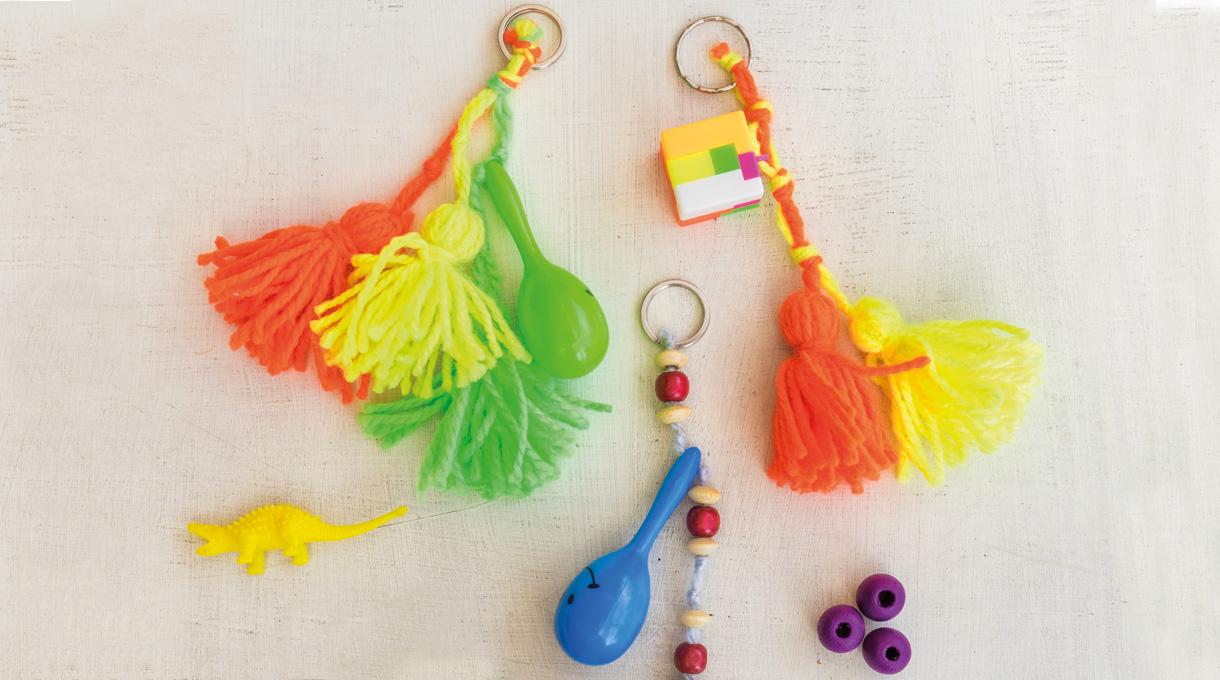 Si tienes juguetes pequeños, lana y mostacillas de madera de algún collar que ya no se use, es tu oportunidad para comenzar a crear entretenidos llaveros. Es muy fácil y divertido, ¡vamos a hacer uno!