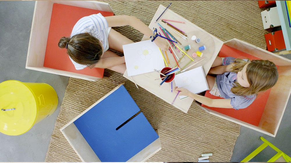 Para que los niños tengan un espacio no solo para hacer tareas, sino que para jugar, pintar, leer y que además sea cómodo y funcional, haremos un escritorio a partir de un cubo que podemos separar en dos módulos: para usar uno de asiento y otro de mesa, o dos asientos independientes o dos mesas si le agregamos unas sillas pequeñas.