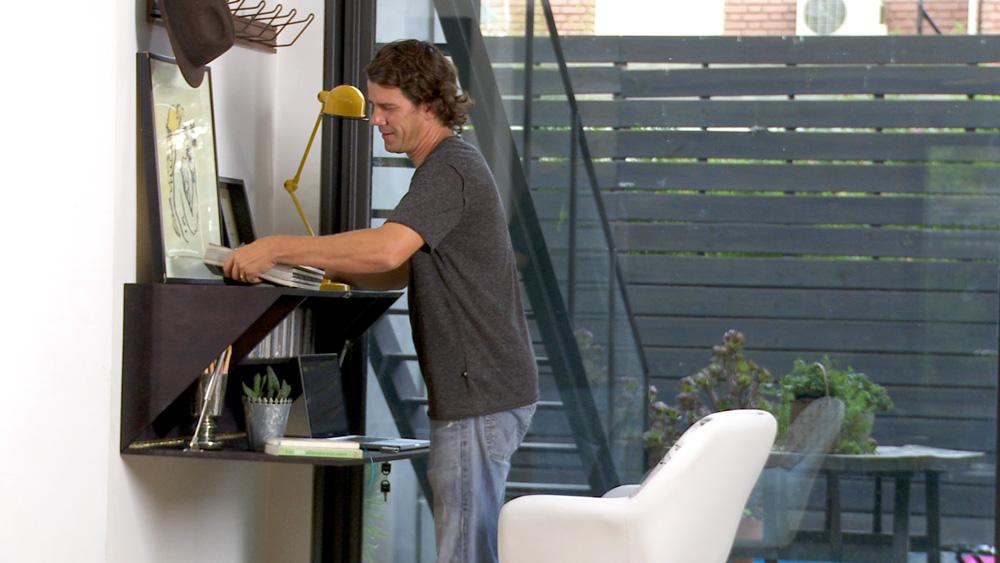 Cada vez se hace más necesario tener un lugar de trabajo en la casa, pero muchas veces el espacio no acompaña, por eso en este proyecto construiremos un escritorio mural que se despliegue, así podrá estar sin problemas en el living, pasillo o entrada de la casa, sin afectar la estética del lugar.
