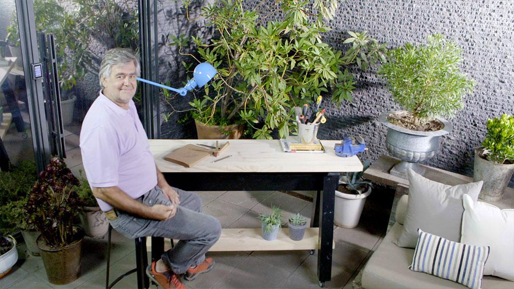 Cuando los espacios son reducidos lo mejor es tener un mesón que sirva para múltiples funciones, por ejemplo como apoyo en la cocina, para hacer trabajos de reparación en casa, o como mesa secundaria en el escritorio o comedor. Y para que cumpla todas estas funciones es indispensable que tenga ruedas, para poder trasladarlo fácilmente.