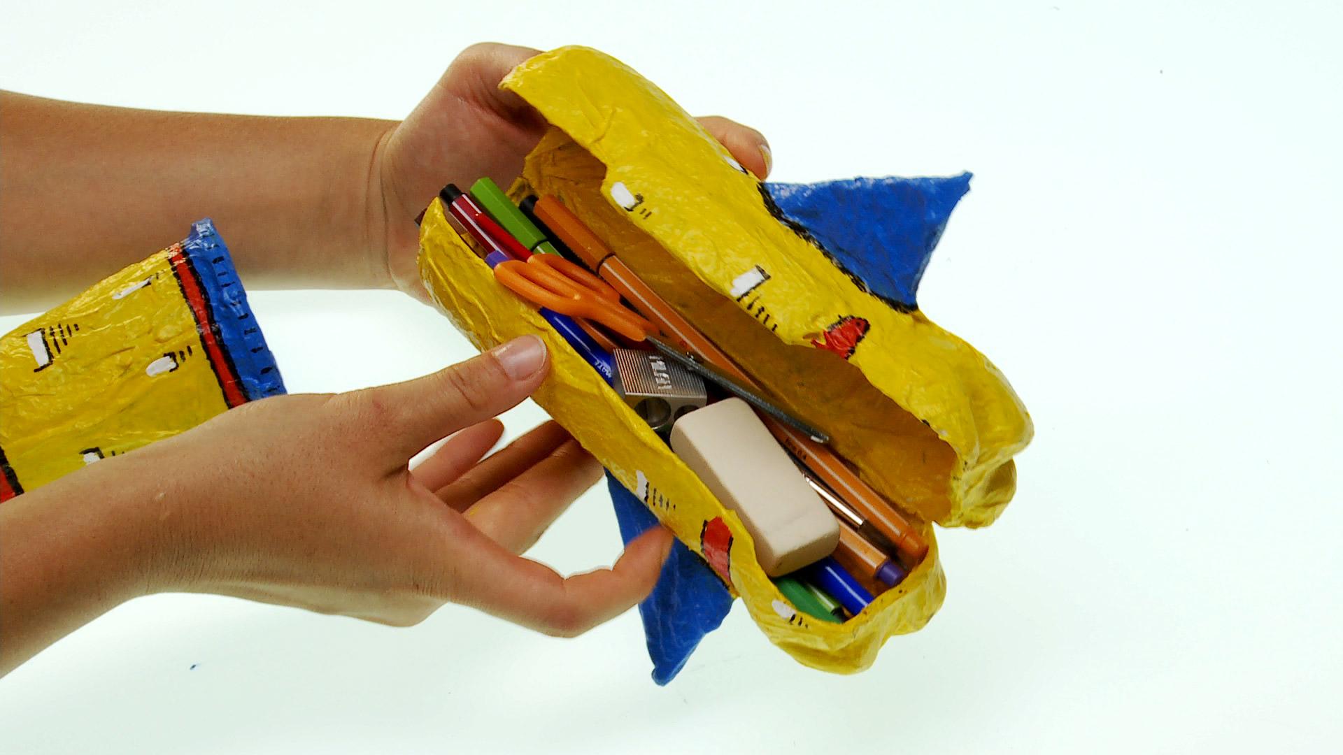 Para guardar los lápices y artículos del colegio en la casa, o para llevarlos al colegio vamos a necesitar un estuche, pero mejor si lo hacemos a nuestro gusto, por ejemplo uno que tenga forma de cohete.