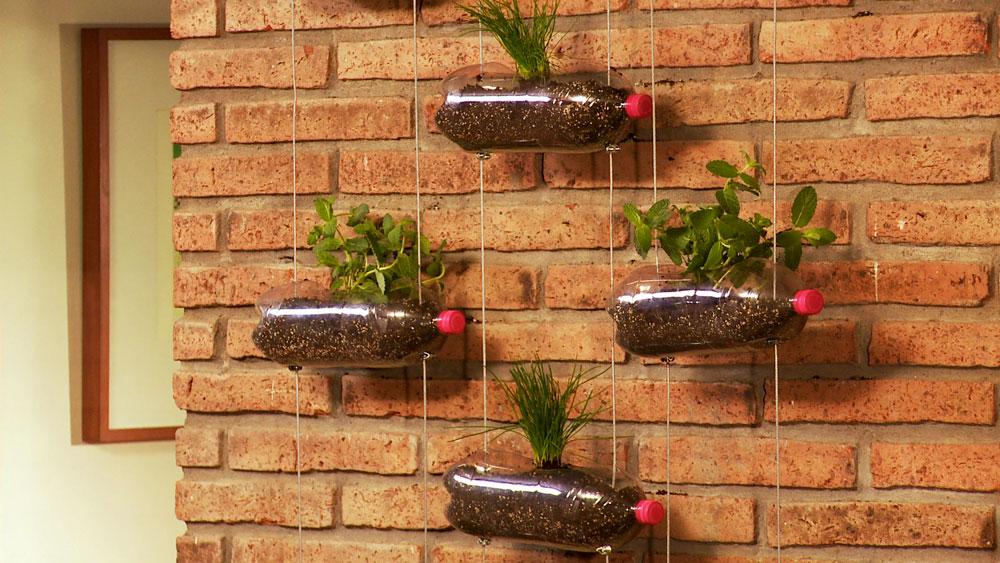 Los jardines colgantes aportan a la estética de un espacio exterior o una terraza techada, pero muy importante ayudan a aprovechar mejor el lugar, ya que no quitan espacio. Por en este proyecto enseñaremos a hacer un jardín colgante, pero reciclando botellas plásticas para usar como maceteros.