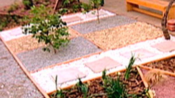 Al proyectar un jardín o reinventar uno antiguo tenemos la oportunidad de incorporar diseño e ideas nuevas, no quedarse con el clásico jardín con césped y arbustos, sino atreverse con colores y texturas, que no sólo aporten decoración, sino también hagan un poco más fácil su mantención. Este proyecto se trata de diseñar en el suelo del jardín formas geométricas, donde se puedan ubicar ordenadamente las plantas y poner en sus bases piedras, gravilla y corteza para dar textura y color.