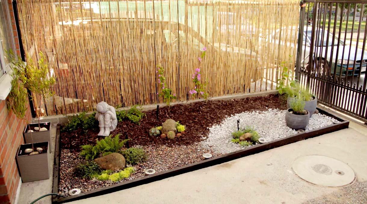 Vamos a aprender a hacer un jardín de baja mantención, que nos permitirá transformar un espacio exterior en un lugar con plantas y una bonita decoración, el cual podremos construir de manera muy fácil, ya que está pensado para que necesite muy poco riego. El proceso consistirá en armar el jardín e instalar el riego por goteo, en un espacio de base de 1,60 x 4,40 metros.
