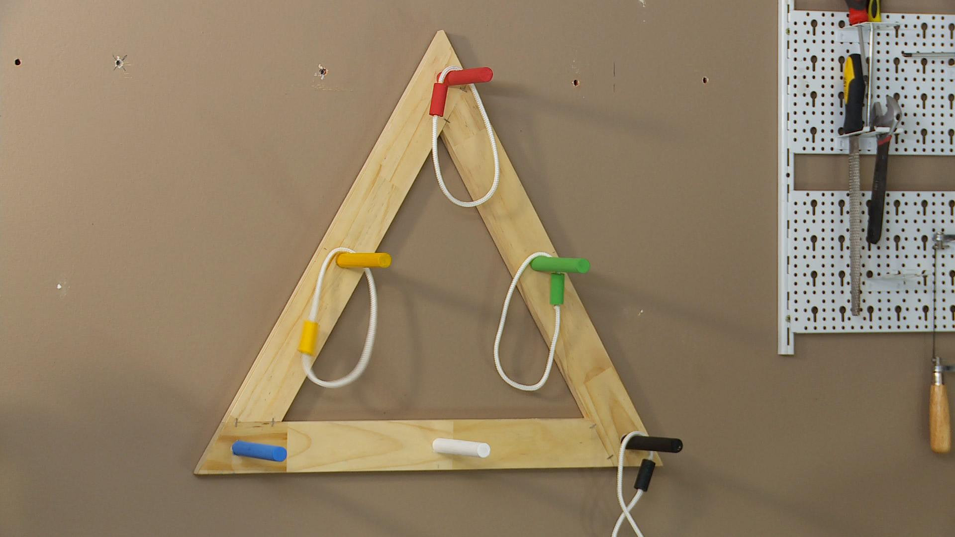 Este es un juego que nos puede servir en cualquier época del año, es un juego de puntería porque se trata de tirar argollas y apuntarle a unas barras puestas en un triángulo, cada argolla tiene diferentes puntajes y al final el que hace más puntos, gana.