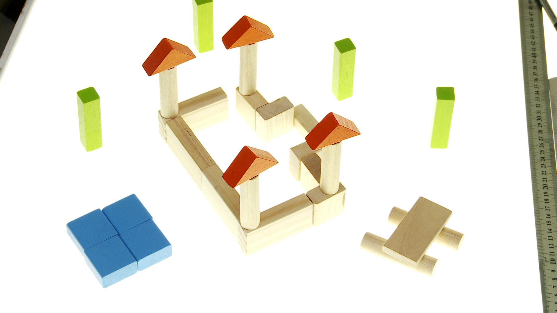 Con bloques y figuras geométricas de madera se pueden hacer juegos muy entretenidos para los niños, por ejemplo construir una ciudad, un puente, una gran torre, es como jugar a ser un pequeño constructor.