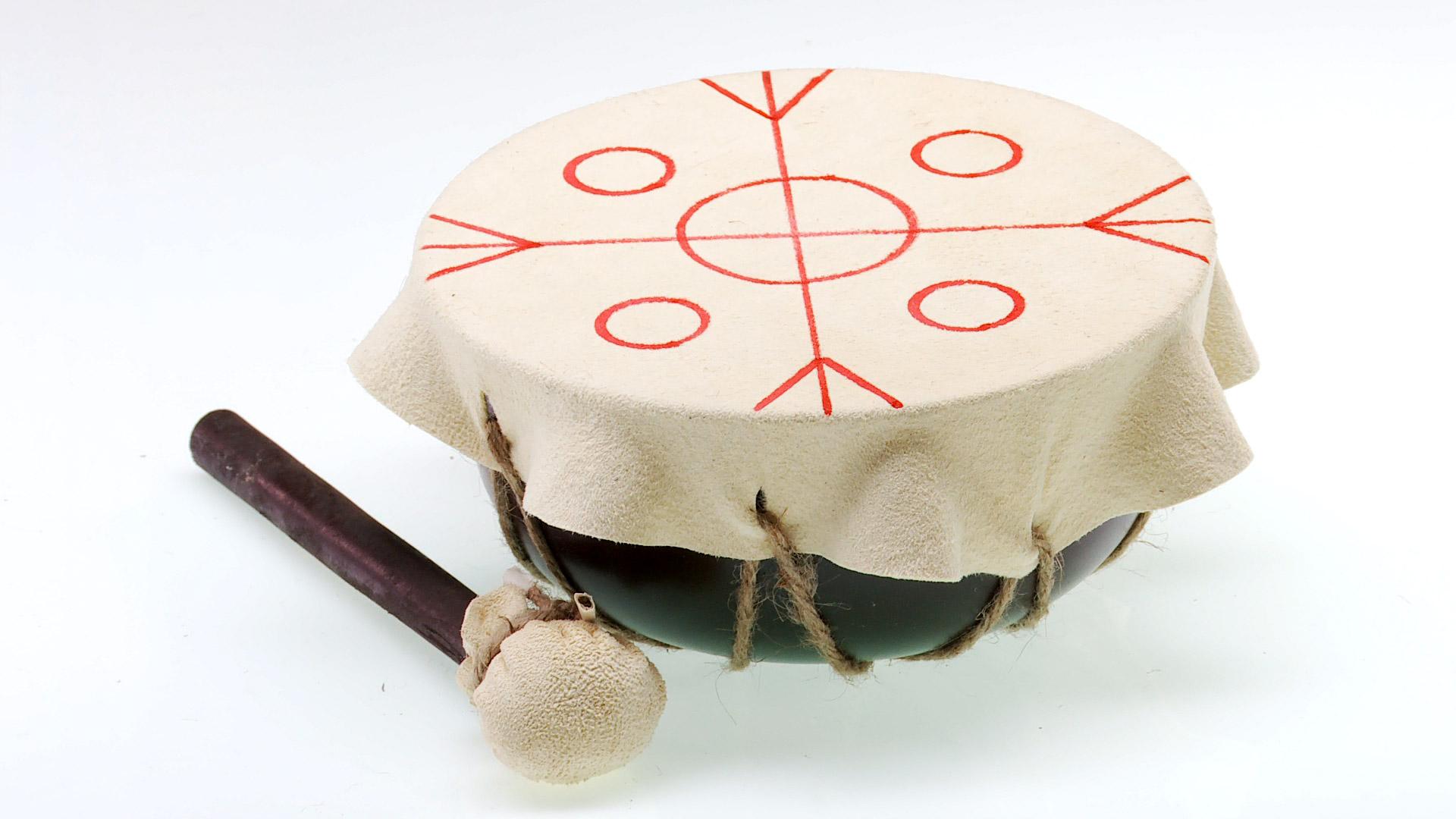 De todos los instrumentos musicales mapuches, el cultrún o kultrún es el más importante. Es usado por la machi en los rituales religiosos y culturales. Y durante el ngillatún [guillatún], el rito anual de la fertilidad; por eso tiene ese dibujo en su parche de cuero, que representa los puntos cardinales mapuches, además del cielo, la tierra y debajo de la tierra.