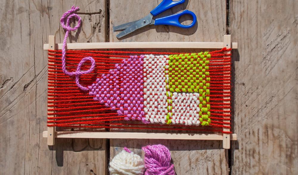Descubre esta tradicional técnica chilena de artesanía y crea un telar único con lanas de colores. ¡También haremos el bastidor!