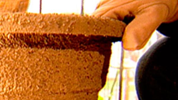 Los maceteros además de ser necesario como recipientes de las plantas son elementos decorativos en las terrazas o jardines. Por eso vale la pena revestir macetas plásticos con una textura que imite los maceteros de piedras, pero mucho más livianos y económicos.