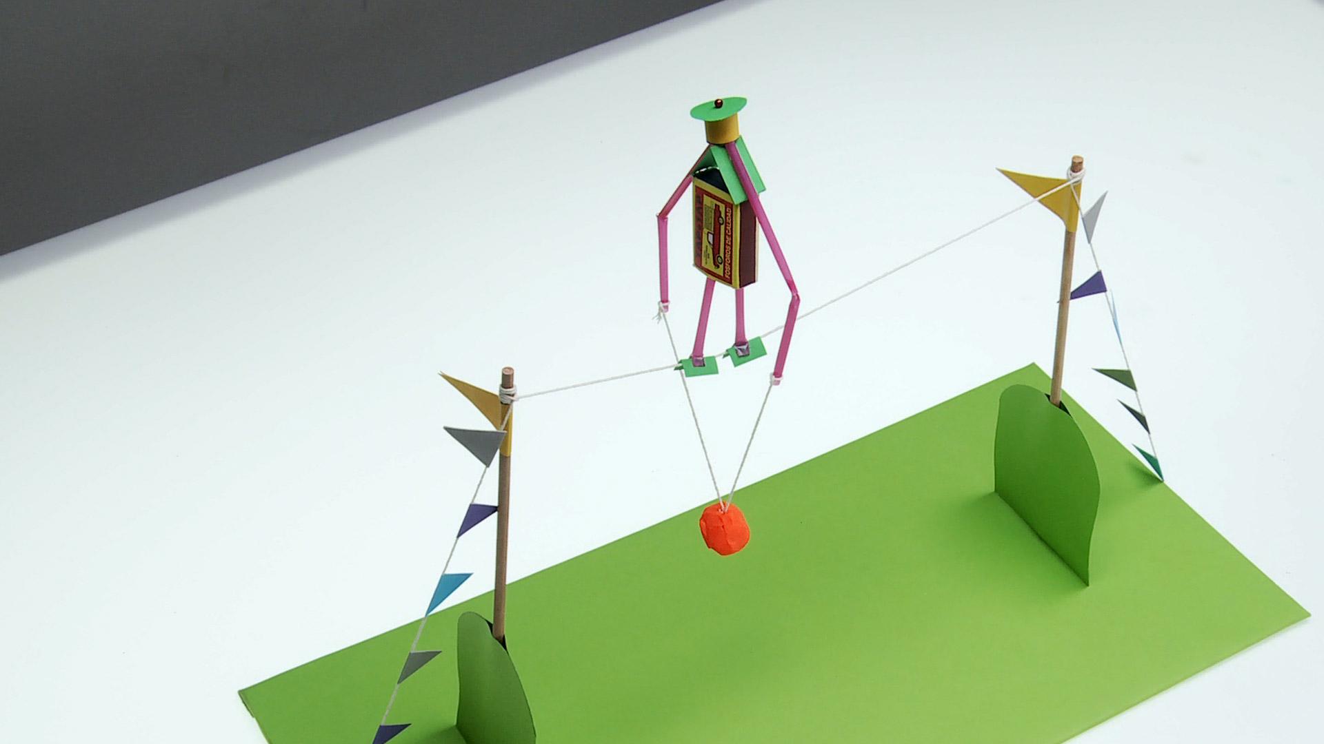 Un muñeco equilibrista debe tener muy bien repartido su peso, y mantener su centro estable para no caerse. En este proyecto enseñaremos a amar uno que puede hacer con materiales que hay en la casa, y que es parte de un circo o una cuerda de equilibrio.