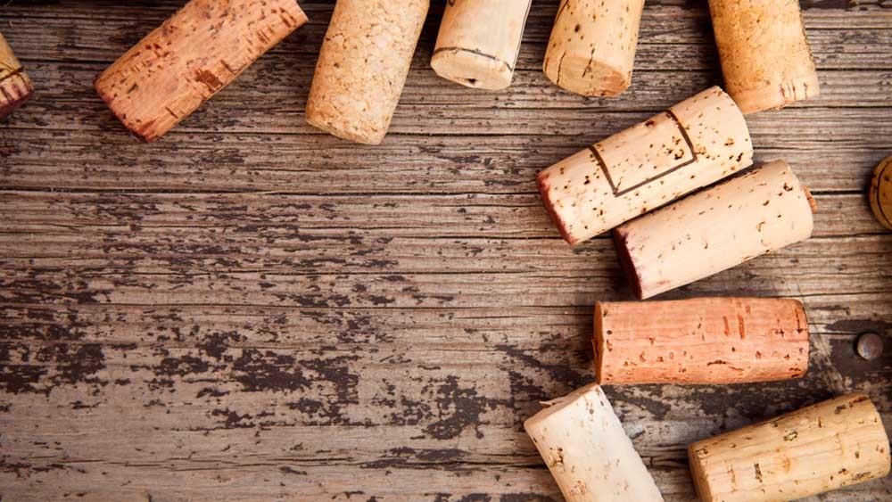 Algunos materiales que no usamos son muy fáciles de reutilizar, es el caso de los corchos, que por su consistencia se pueden transformar en un práctico mural para pinchar recados o dejar recordatorios en la casa.