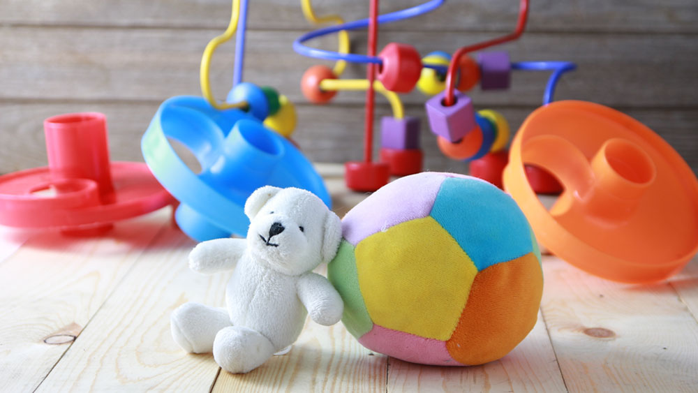 """Este colorido """"canasto"""" u organizador de juguetes, sirve para que los niños aprendan a ordenar y guardar ellos mismos sus propios juguetes. Eso sí, para que puedan sacarlos o meterlos fácilmente, es conveniente hacerlos no muy altos. Es muy sencillo de realizar, y lo mejor de todo es que, además de cumplir con su función práctica, sirve para decorar el dormitorio de los niños."""
