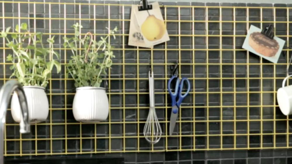 La cocina es uno de los lugares de la casa que más accesorios y utensilios tiene, por eso se hace necesario mucho espacio y muebles para mantener todo organizado. En este proyecto haremos un organizador mural tipo rejilla para mantener a la vista los utensilios que más uses.
