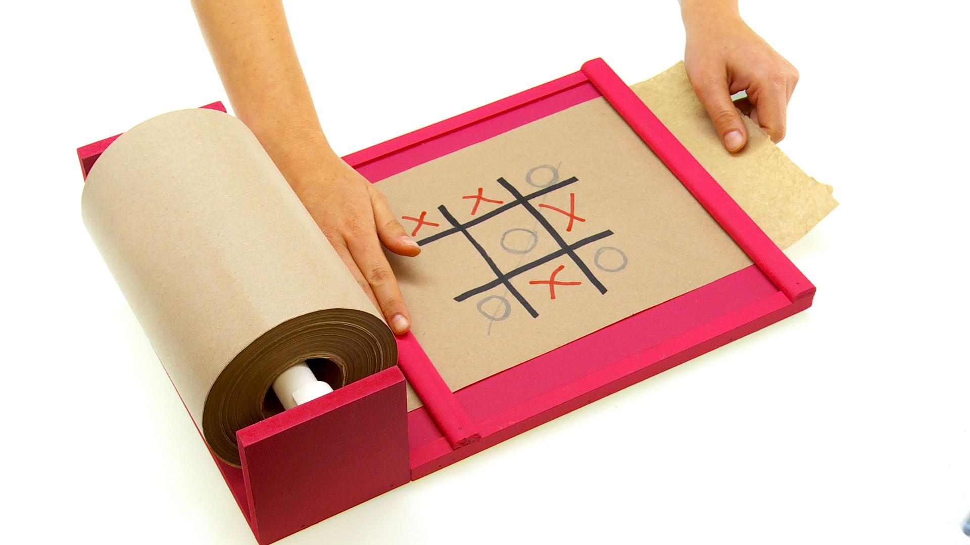 Un papelógrafo es un tipo de pizarra que se forma con un rollo de papel, un rollo casi interminable que sirve para las tareas, dejar anotaciones, o incluso para hacer juegos entre grandes y chicos.