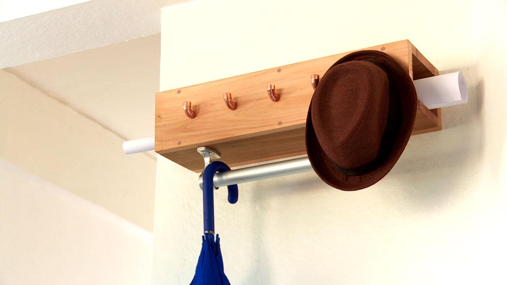 En este proyecto construiremos un perchero para colgar en el muro, usando 3 tipos de materiales que juntos combinan muy bien: madera, aluminio y cobre. Es un práctico organizador para poner en la entrada de la casa y tener a la mano bolsos, carteras y chaquetas.
