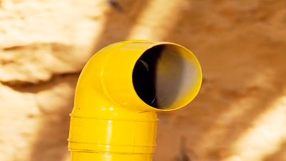 Los periscopios son instrumentos usados para la observación oculta. Se construyen con espejos que se ponen dentro de un tubo en 45° y se pueden usar para ver sobre la cabeza de la gente en una multitud o para espiar a la mamá por la ventana. En este proyecto enseñaremos a hacer uno con dos espejos y un tubo de PVC.