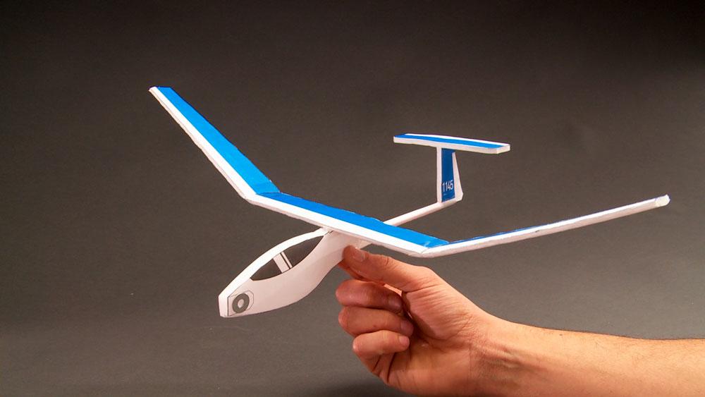 Un planeador es una aeronave más pesada que el aire, que tiene bastante superficie alar y sin motor. Para funcionar generalmente son tirados por otro avión y luego los sueltan en el aire cuando alcanzan la sustentación.