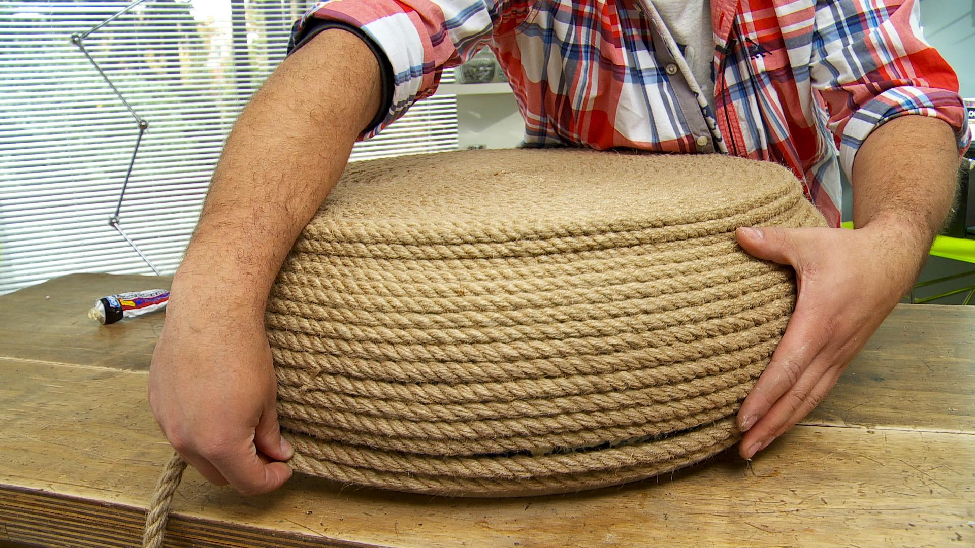 Vamos a enseñar a reutilizar un neumático viejo, que por su forma redonda se puede convertir fácilmente en un pouf, que sirva para sentarse o apoyar los pies para descansar. La idea es reutilizar los que son desechos, ya que así ayudamos a reducir la contaminación ambiental.