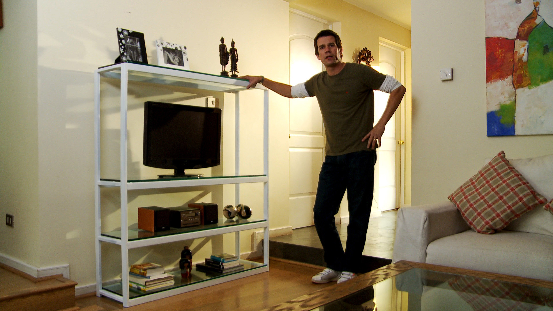 En este proyecto aprovecharemos las ventajas del fierro para hacer un mueble que es súper práctico en todas las casas: un rack para poner la televisión y el equipo de música. Los perfiles de acero son un excelente material para hacer estructuras visualmente livianas, es decir que ocupen poco espacio, para no llenar las habitaciones de tremendos muebles.