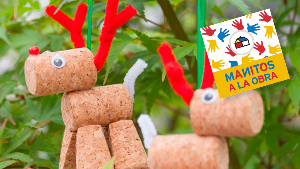 Si la Navidad es una de tus fiestas favoritas, este proyecto será ideal para que lo realices junto a un adulto y con materiales reciclados como son los corchos. Una vez listo es una linda y divertida alternativa para colgar en el árbol de Navidad, colgar en la puerta de entrada de tu hogar o regalar. Leyenda: se cuenta que los renos se burlaban de Rodolfo debido a su nariz roja que emitía una luz producto de un foco que le puso un hada. Una Navidad en medio de una gran tormenta, el Viejito Pascuero decidió poner a Rodolfo al frente de los demás renos, para así guiar el recorrido. Desde esa Navidad Rodolfo es el guía del trineo y uno de los preferidos de los niños.